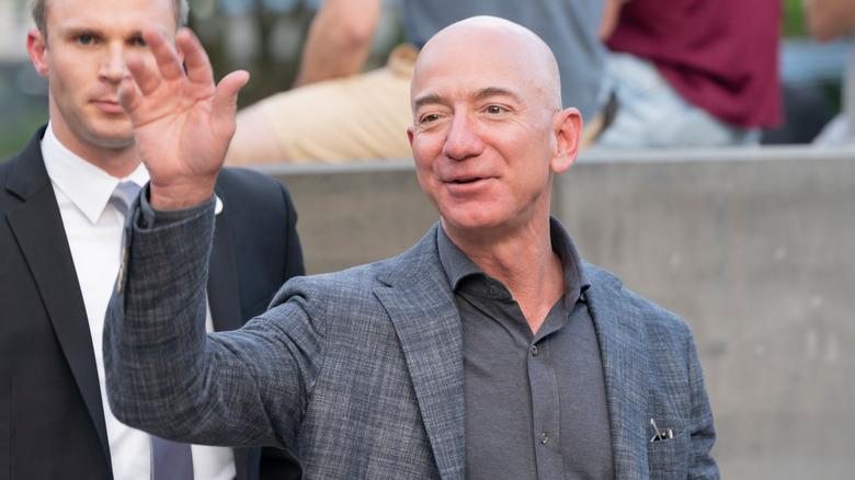 Jeff Bezos vinker