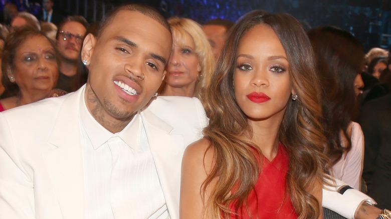 Chris Brown og Rihanna satt og smilte
