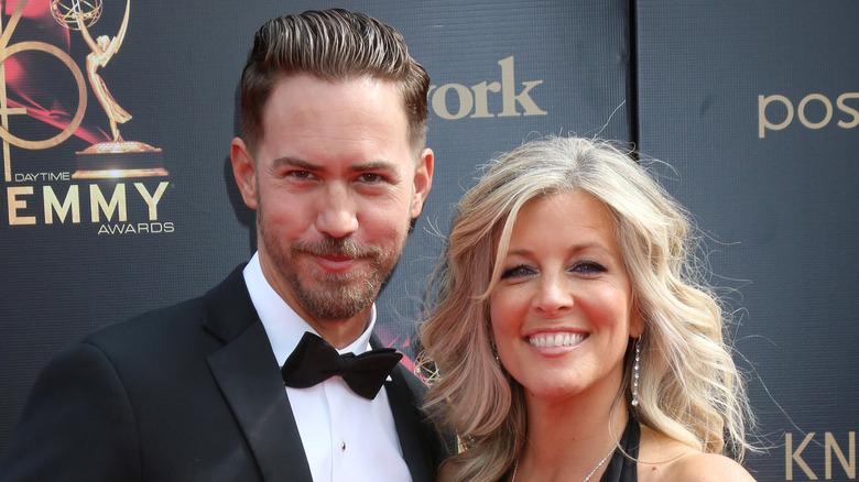 Wes Ramsey og Laura Wright smiler