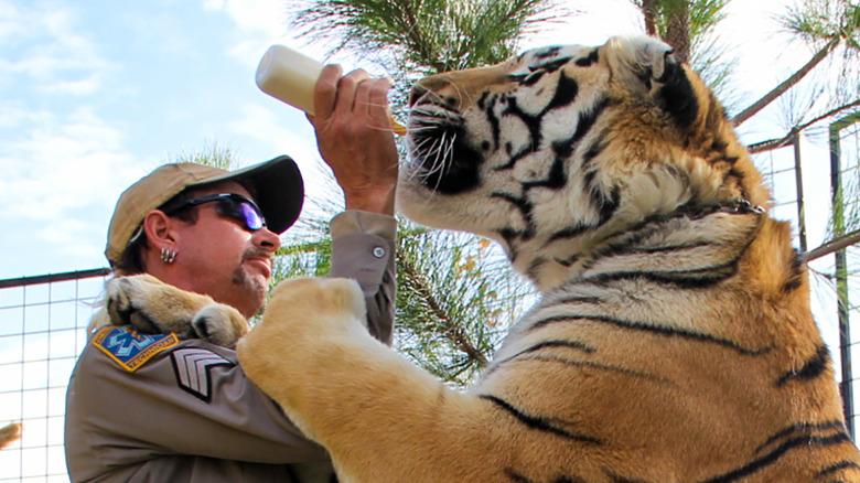 Joe Exotic med en tiger på GW Zoo