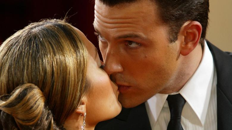 Ben Affleck og Jennifer Lopez kysser