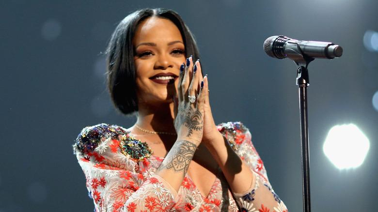 Rihanna opptrer på scenen
