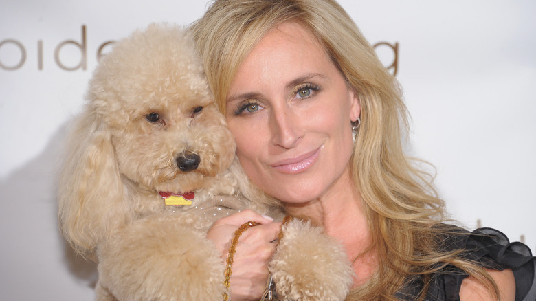 Sonja Morgan smiler med hund