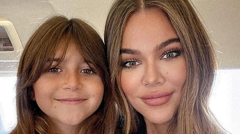 Penelope Disick og Khloe Kardashian smiler