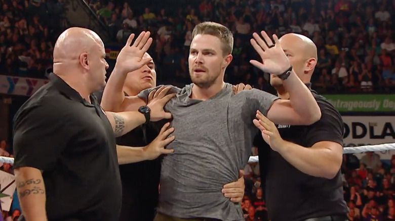 Stephen Amell på WWE-arrangementet