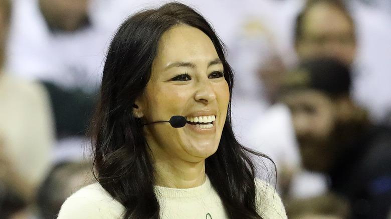 Joanna Gaines med mikrofon