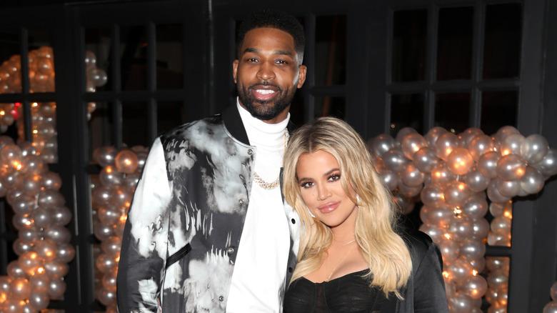 Tristan Thompson og Khloe Kardashian smiler