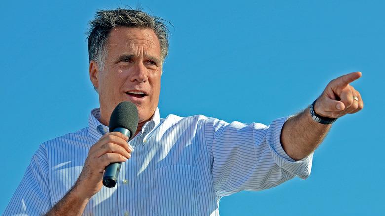Mitt Romney kampanjer for president 2012 lyseblå himmel bak seg i Michigan