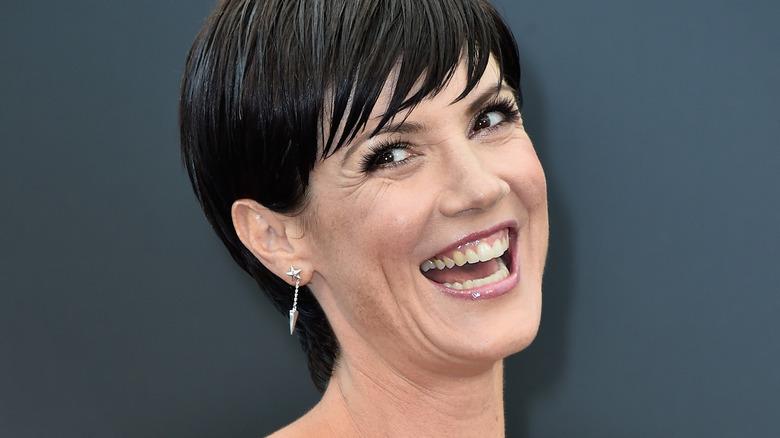 Zoe McLellan smiler med tennene