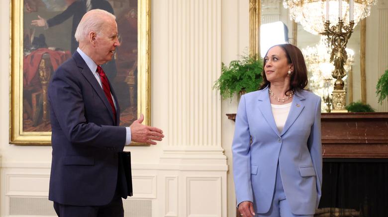 Joe Biden snakket med Kamala Harris i Det hvite hus