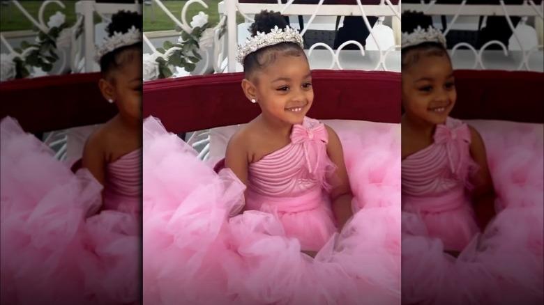 Kulturen iført rosa kjole og tiara