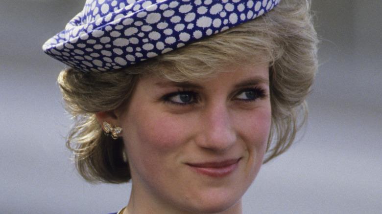 Prinsesse Diana i en blå hatt