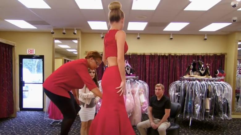 Savannah Chrisley prøver på rød kjole