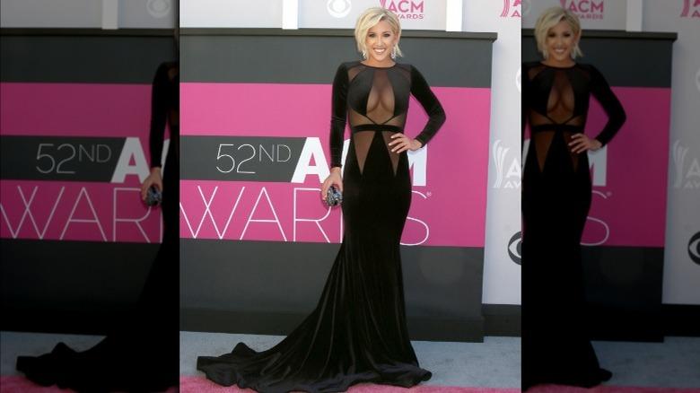 Savannah Chrisley iført svart kjole med rene paneler