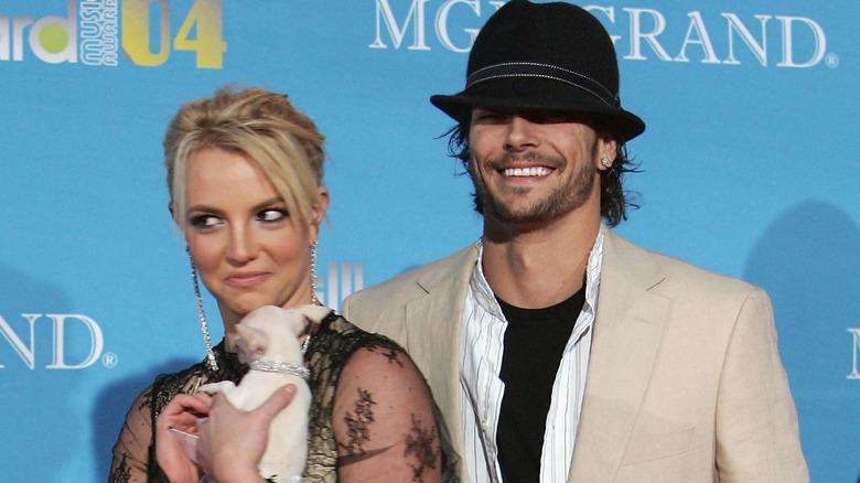 Britney Spears og Kevin Federline på den røde løperen med valp