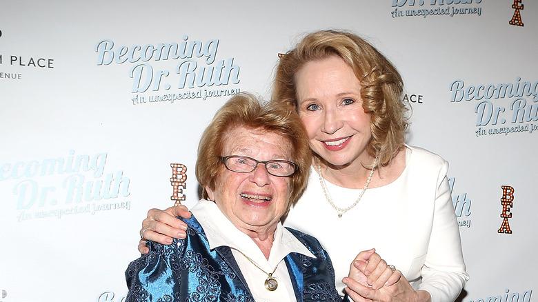Dr Ruth og Debra Jo Rupp, arm i arm og smilende