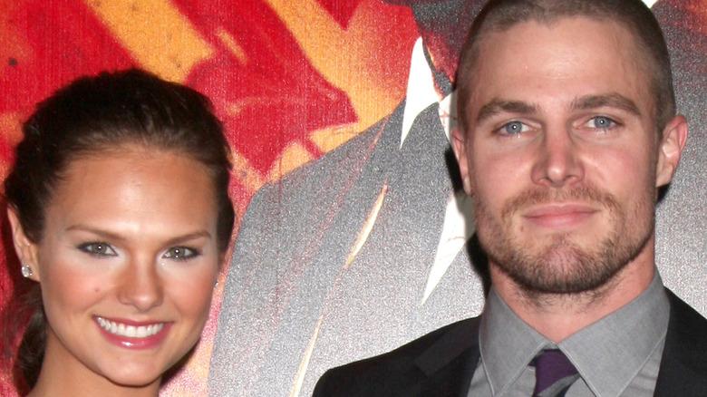 Stephen Amell og Cassandra Jean Amell smiler