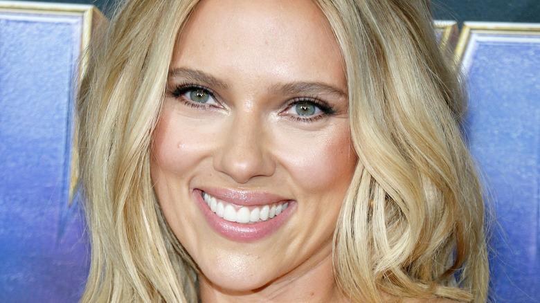 Scarlett Johansson smilende