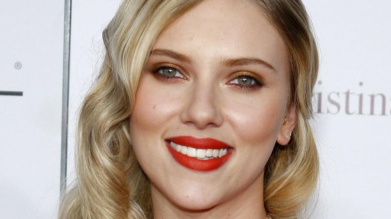 Scarlett Johansson iført rød leppestift