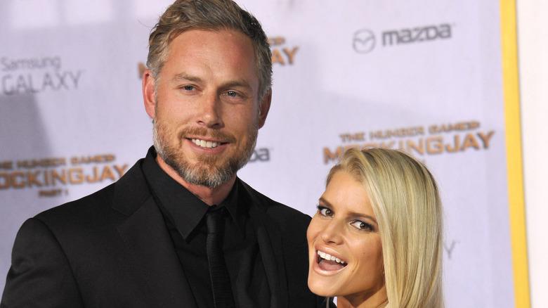 Eric Johnson og kone Jessica Simpson poserer på den røde løperen