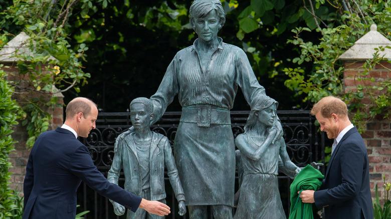 Prins William og prins Harry avslører prinsesse Diana-statuen