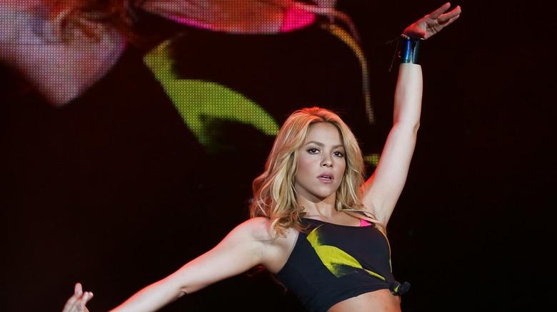 Shakira opptrer på scenen