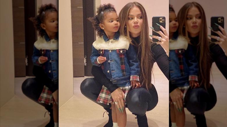 Khloe Kardashian og datteren True tar selfie