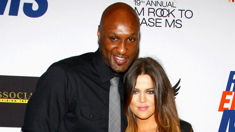 Khloé Kardashian og Lamar Odom poserer på en rød løper
