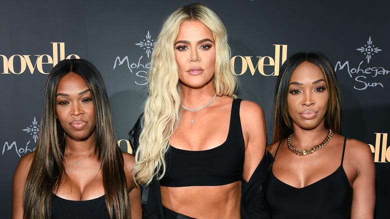Khloé Kardashian, Malika Haqq og Khadijah Haqq McCray poserer på en rød løper
