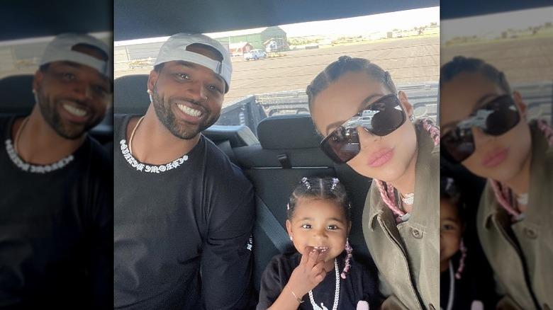 Tristan Thompson og Khloé Kardashian smiler i baksetet med datteren True