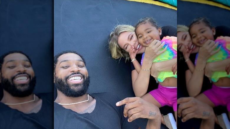 Tristan Thompson, Khloé Kardashian og datteren True smiler i en Instagram-selfie