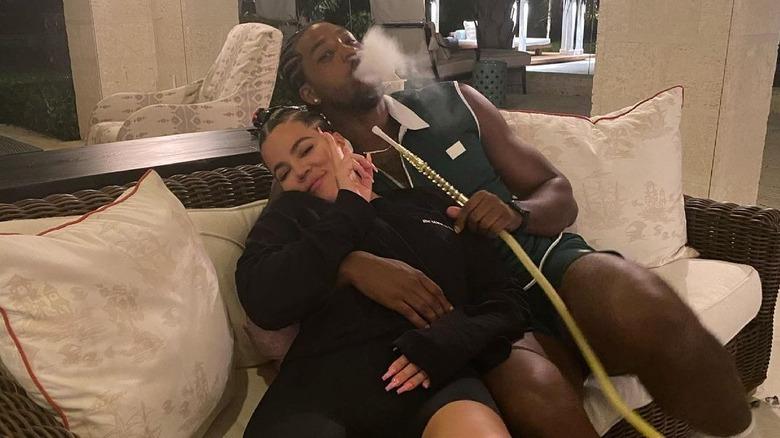Khloé Kardashian med Tristan Thompson som røyker