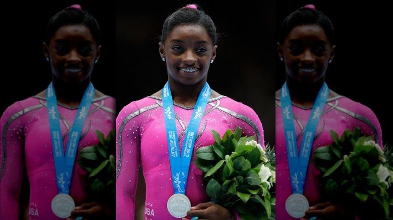 Simone Biles iført medalje