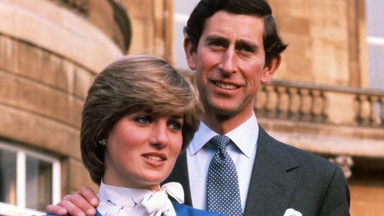 Prinsesse Diana og prins Charles smiler