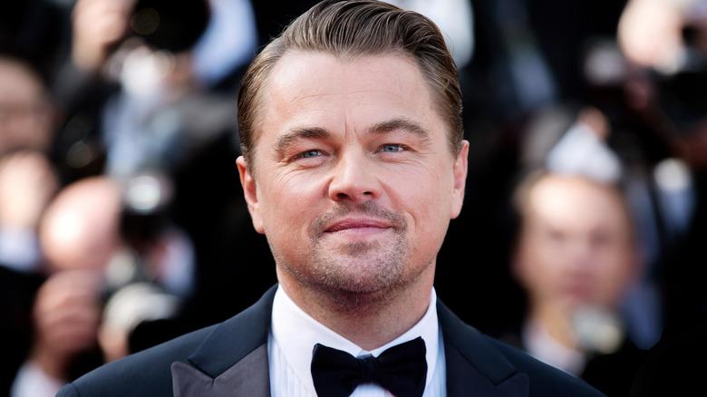 Leonardo DiCaprio smiler sakte