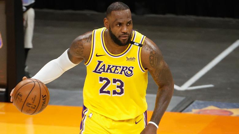 LeBron James nr. 23 i Los Angeles Lakers håndterer ballen i Game Five of the Western Conference første runde sluttserie på Phoenix Suns Arena