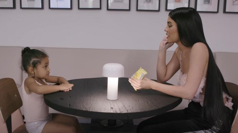 Stormi Webster, og Kylie Jenner på kontoret