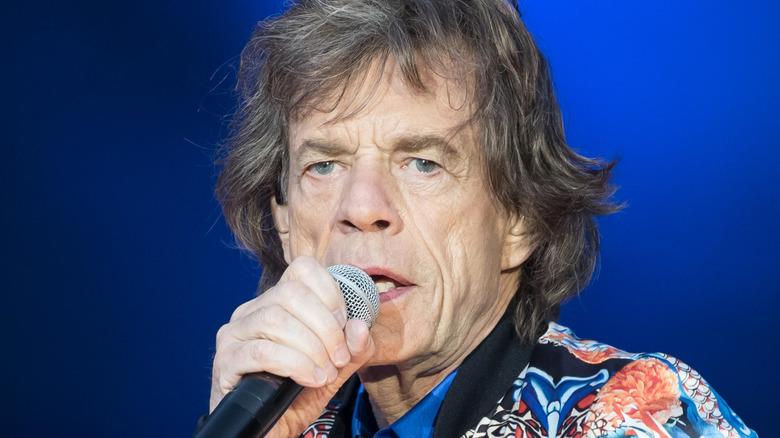 Mick Jagger synger
