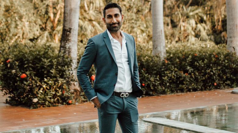 Vishal Parvani smiler utendørs