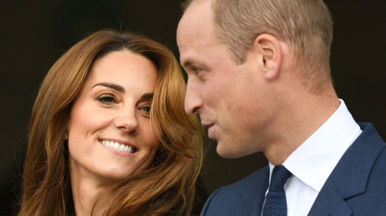 Kate Middleton og prins William smiler og prater