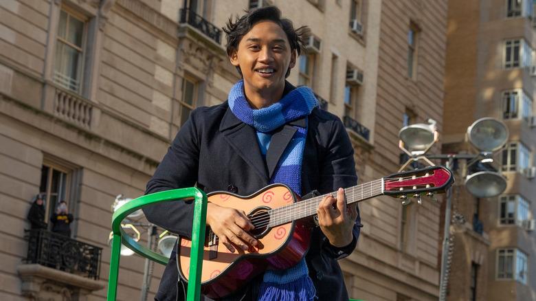 Josh Dela Cruz spiller gitar