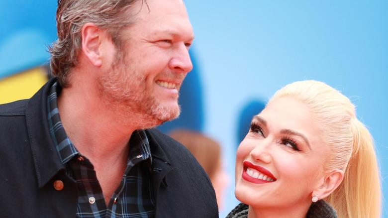 Gwen Stefani, Blake Shelton, smilende, Gwen ser lykkelig på Blake