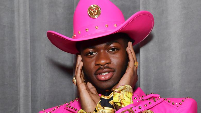 Lil Nas X i rosa cowboyhatt