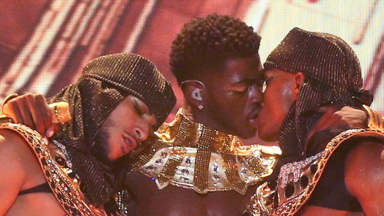 Lil Nas X låser lepper med danser på scenen