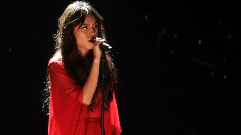Olivia Rodrigo opptrer på scenen