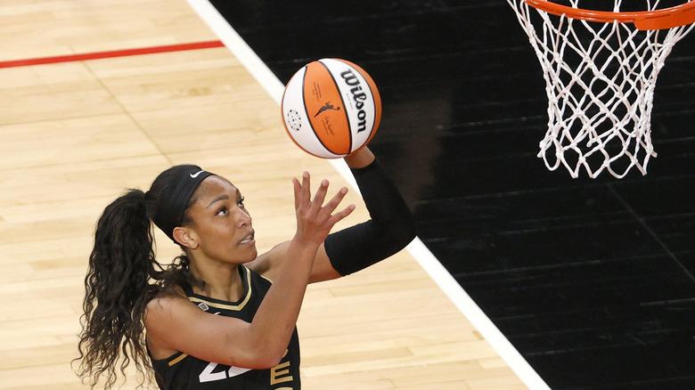 A'ja Wilson skyter basketball