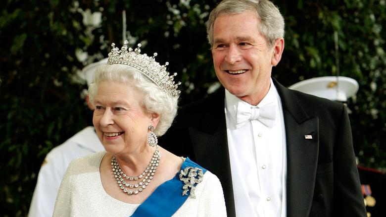 Dronning Elizabeth, George W. Bush, smilende