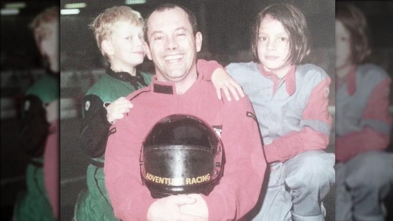 Alfie, Keith og Lily Allen poserer alle sammen på familiefoto