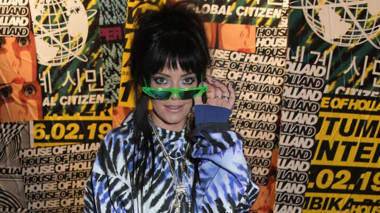 Lily Allen poserer med neongrønne solbriller