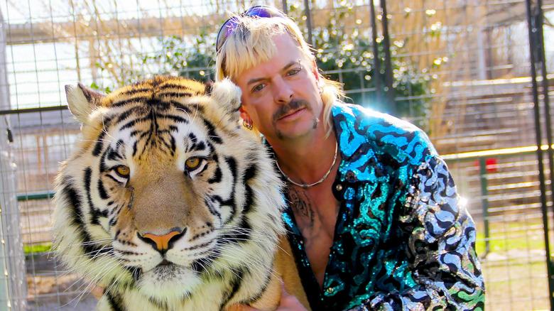 Joe eksotisk poserer med tiger